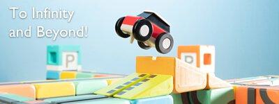 一台玩具小車飛越積木
