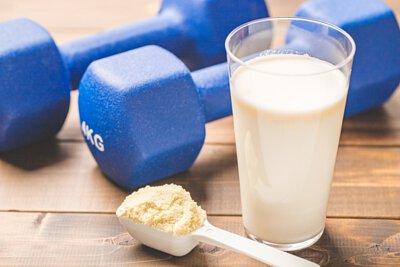 良好的蛋白質來源則主要為雞蛋、牛乳與動物性肉類,市售的乳清蛋白則是牛乳中的成分,依照製成可分為 濃縮乳清蛋白、分離乳清蛋白等,但以生物利用率來說是相同的,主要為分離乳清蛋白的純度較高可達90%以上(濃縮約80%),更能濾除乳糖、脂肪等其它成分。