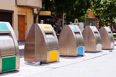 利用超音波感知器辨識出容器內的垃圾量,並在量到達一定程度時發出通知讓車隊管理中心派出垃圾車