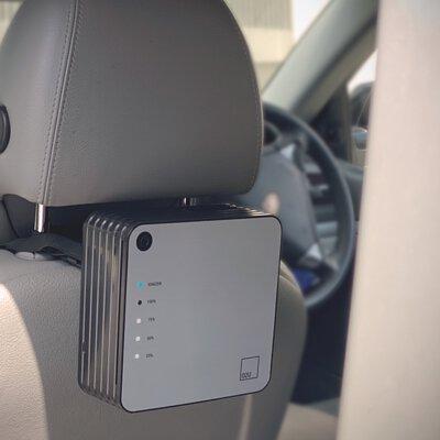 手提空氣淨化機在車箱內
