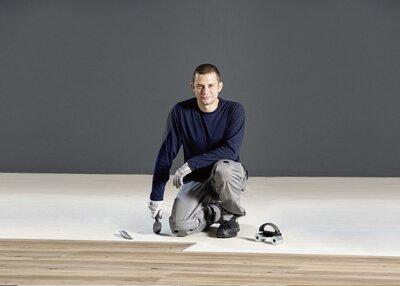 工人鋪地板