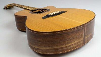 來自手工訂製吉他公司TURNSTONE的TGE系列吉他