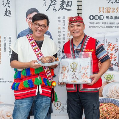 "<img src=""chef-james went to Hualien and took picture with people.jpeg"" alt=""詹姆士奔花蓮下麵"">"