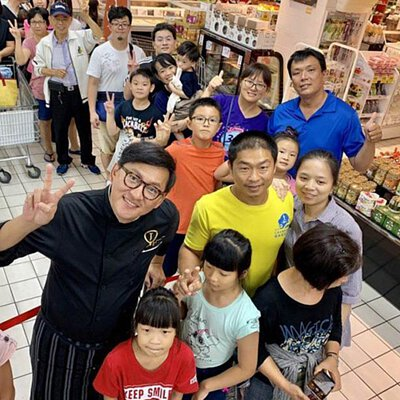 "<img src=""chef-james went to Hualien and took picture with people.jpeg"" alt=""詹姆士與人群拍照"">"
