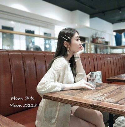 穿著針織外套喝杯下午茶