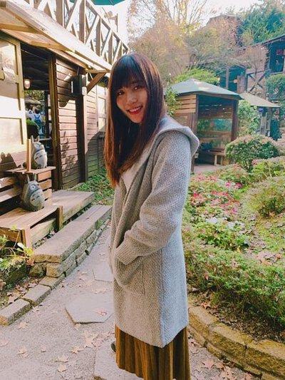 長版針織外套淺灰色穿配百褶裙很俏麗的打扮 |O-LIWAY 台灣製針織