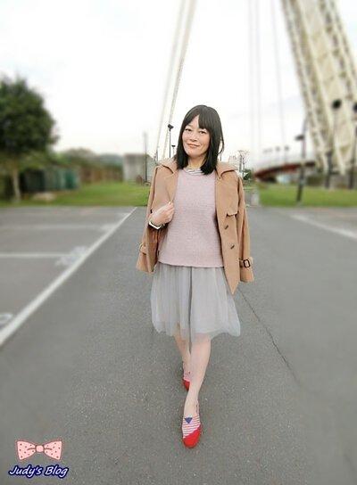 粉色針織背心搭配短版大地色系的外套