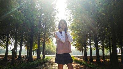 粉色針織背心搭配百褶短裙