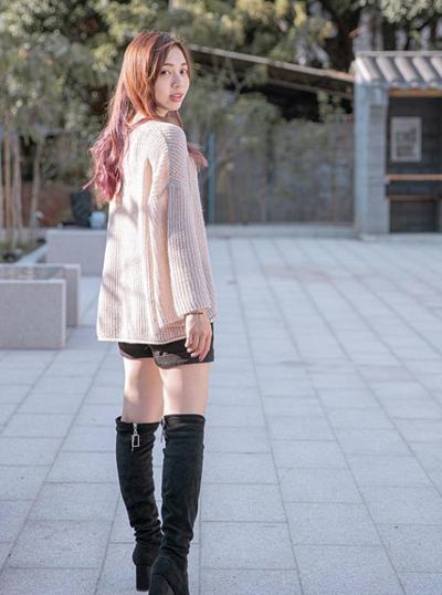 輕柔舒適的V領寬版針織毛衣