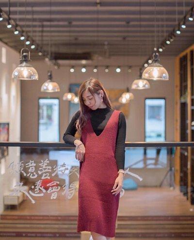 棗紅色針織洋裝背心搭配黑色上衣