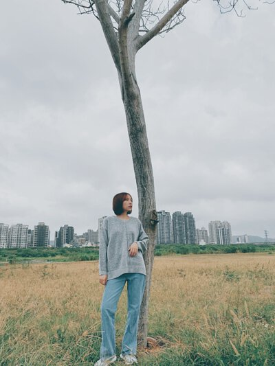 淺灰色輕刷毛V領寬版針織毛衣