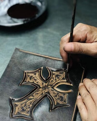皮雕, 塗飾, 工藝