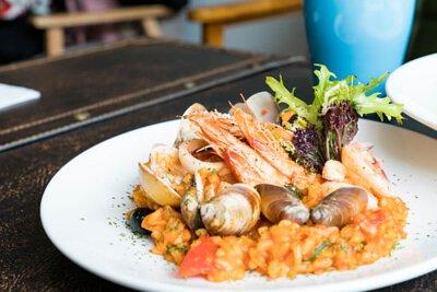 平底鑄鐵鍋料理:番茄羅勒海鮮燉飯