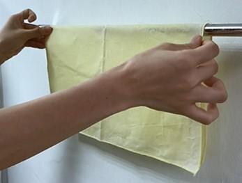 清潔與保存 以冷水及天然洗劑清洗, 如同洗臉般的方式,以指腹在蜂蠟布上輕柔畫圓。 勿搓揉扭擰!甩乾、晾乾後,收納於櫥櫃或冰箱中即可。 不適用於高溫或加熱器具中。