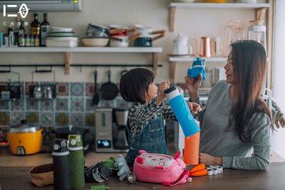 可高溫消毒,清潔好方便 瓶身柔軟,可以溫柔海綿與天然洗劑輔助清洗, 也可放入洗碗機清洗,高溫消毒去味。