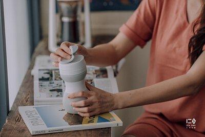 杯蓋有防漏扣蓋,不用擔心傾斜滴漏。 旋轉式蓋口設計,內附密封矽晶防漏圈,