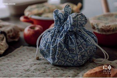 一秒瞬收,隨身萬用 收納時,一塊布摺疊不佔空間。 使用時,一塊布收拉變身為包。