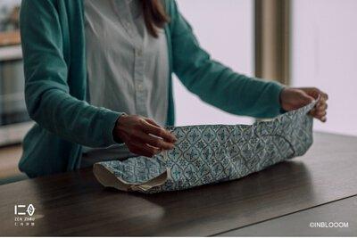 平攤收納,輕量便攜 打開攤平就是簡單一塊布, 可任意摺疊為便於攜帶的形狀, 放在包包或是手提袋中, 攜帶隨心又自在。