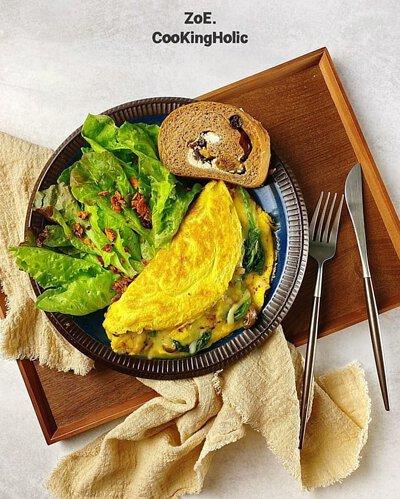 盤子上有生菜跟歐姆蛋