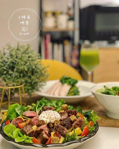 生菜沙拉加上半熟牛肉
