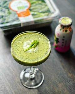 用玻璃杯裝著一杯綠果汁,非常美味、健康、營養