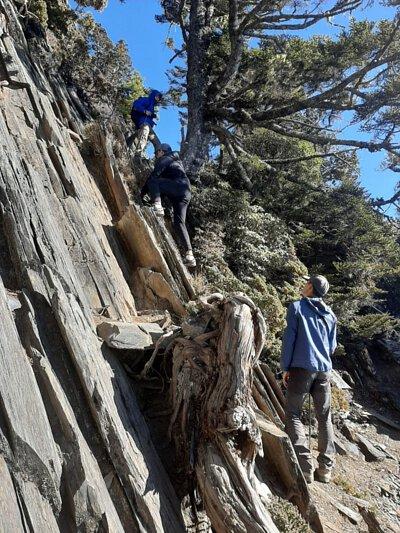 陡峭的石壁攀爬