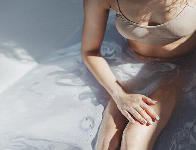 1. 炎熱天氣容易出汗,宜穿着寬鬆及採用快乾或棉質布料的衣服,盡量減少濕黐摩擦,刺激皮膚。    2. 避免使用刺激或過敏性護膚品,油性護膚品更會將毛囊阻塞,導致皮膚發炎。