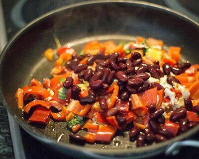 平衡荷爾蒙失調的食物:  少吃高糖、高脂肪等刺激性食品,應以新鮮及高蛋白為主,尤其豆類,可透過不同烹調方式多攝取