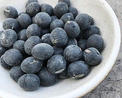 改善頭髮營養的食物:  黑豆含有的各種抗氧化成分、維生素E、卵磷脂。  促進血液循環,新陳代謝,活化生髮細胞,舒緩疲勞情緒,防止及改善白髮、脫髮情況