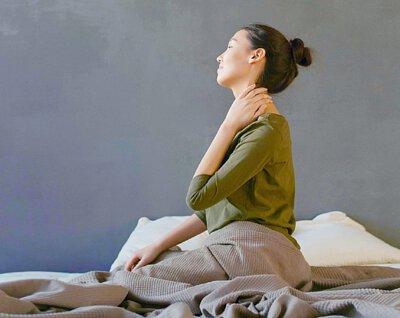 改善肩膀、關節、神經痛 日常過勞,乳酸在肌肉內堆積、使肌肉變硬,並造成肩膀、關節、神經痛等問題。醋能消除乳酸,又能使血液循環暢順,對肩膀、關節、神經痛有很大的改善作用。