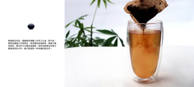 每個黑豆茶包,盛載着烘焙職人多年之心血,將大粒、黑實及嚴選之丹波黑豆,保持原粒低溫烘焙,再精工磨成碎粒,專注於10分鐘泡浸過程,有效地將黑豆珍貴之營養溶和於水中,讓大家感受一杯幸福的黑豆茶。