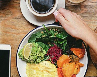 黑豆烏黑的表皮,含有豐富的花青素,抗氧化能力比起維生素E的高達50倍。在保護身體免受活性氧傷害同時,亦促進血液流暢,提高代謝率,以排出血液中的膽固醇,改善脂肪沉澱情況,維持健康體質。