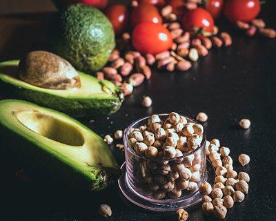 改善腦退化的食物:  天然食材本身含大量營養,對腦部認知能力、神經傳導都大有幫助,能有效改善及預防腦退化  採用「地中海式飲食」,多吃蔬果、豆類、堅果類、魚類及五殼米,並以蒸、烤等簡單烹調方式,少量橄欖油、天然香料、鹽,避免過度調味