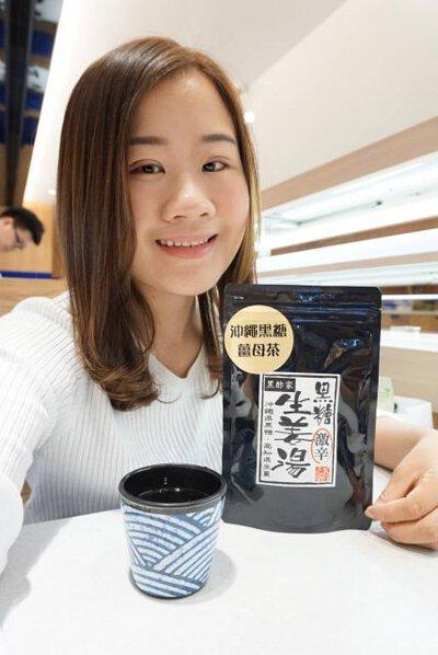 沖繩黑糖薑母茶由日本製造,採用沖繩黑糖、高知縣生薑、蜂蜜等,味道潤而不嗆。沖繩黑糖係沖繩最有名氣的特產之一,使用當地天然精製嘅黑糖,將甘蔗榨汁煮乾,保留所有礦物質等營養成分,沒有經過任何的精鍊加工,絕對天然,特別純。