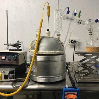 低溫水萃用的銀色蒸餾機