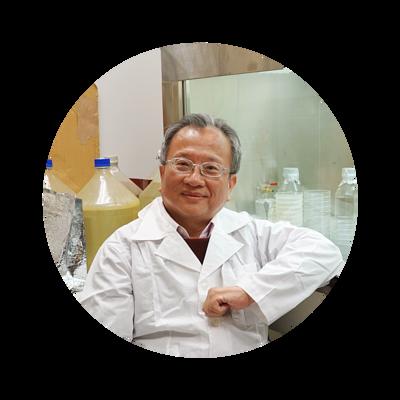 歐麗雅研究團隊陳教授穿著實驗袍坐在自己的實驗室。