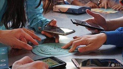 實體道具、手機和現場景物精細的結合在一起,成就精緻好玩的謎題
