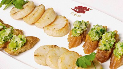 Pan-fried scallop with crispy dough and minced spring onion