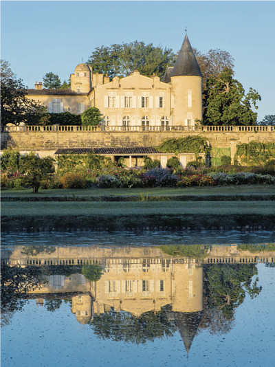 the water reflection of the chateau is in absolute harmony with the surrounding greenery (Francois Poincet)