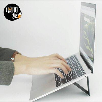 筆電支架的好處除了散熱之外,可以藉由墊高調整螢幕觀看或是打字的角度。