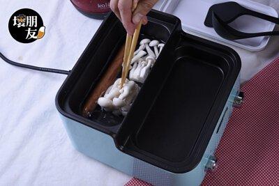 步驟 1:深鍋加水5~8分滿,火力轉到最強。就可丟入德式香腸與雪白菇