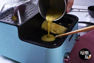 步驟 5:蛋捲捲好後,就可以倒入另一半蛋液