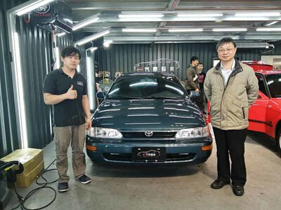 技師與 Toyota corolla 七代與車主合照