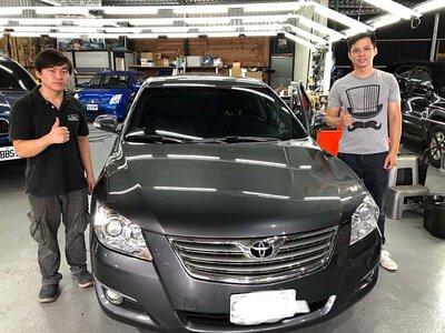 技師與 Toyota Camry 8代車主合照