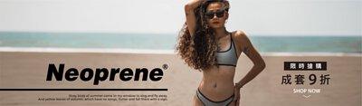 一個女生穿著Neoprene材質的泳裝,戴著竹製墨鏡站在高雄西子灣的沙灘上