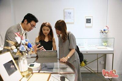 店員熱忱為我們介紹收購方式與詳細解說回收與鑑定流程